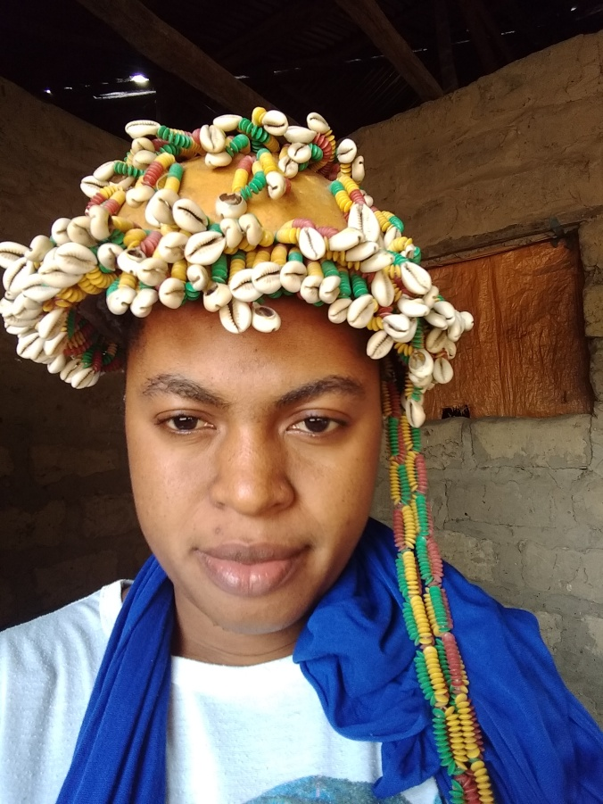 Khady Biaye portant les perles de kanyaleen